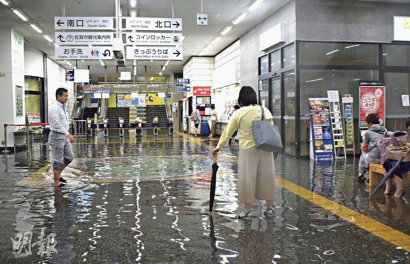 佐賀縣昨日暴雨成災,列車站亦水浸。(路透社)