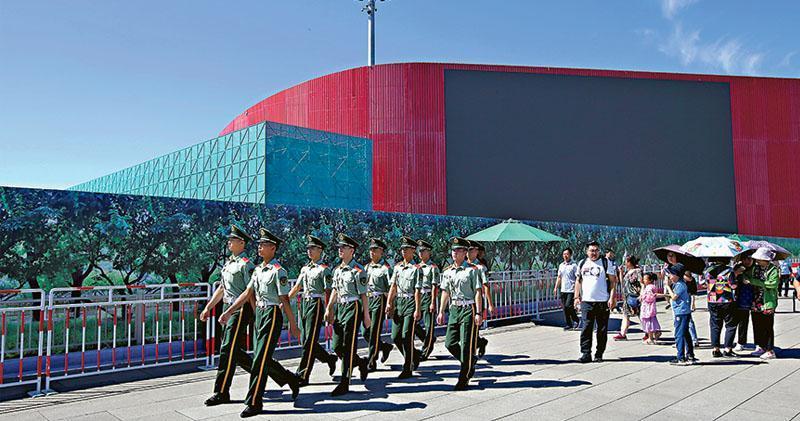 中國將在10月1日於北京舉行一系列慶祝中華人民共和國成立70周年活動,包括閱兵及群眾巡遊等慶典。圖為已進入國慶安保模式的北京,一支武警隊伍周二(27日)在天安門周邊巡邏。(路透社)