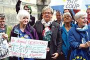 蘇格蘭民族黨國會議員兼司法發言人謝里(中)昨日在愛丁堡的蘇格蘭最高民事法院外參與集會,反對當局暫停國會,但法院隨後拒批臨時禁制令。(法新社)