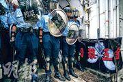 售賣頭盔、防毒面具等的「國難五金」昨午在facebook宣布在西營盤第三街開店,約1小時後,大批戴頭盔、手持盾牌和警棍的警方到場搜查,帶走7人。(蘇智鑫攝)