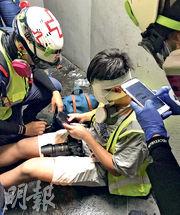一名身穿反光衣的男子在銅鑼灣被發現左眼受傷,在希慎廣場外接受急救員救治。(何進康攝)