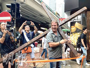 來自美國的基督徒Kieth昨背着大型十字架,聲援遊行示威者。他說自己來港是為見證這場運動,又說一直為港人祈禱,希望大家內心平安。(何郁慧攝)