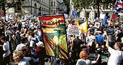 大批示威者昨日在倫敦的政府總部外示威,高舉捍衛民主等的標語,抗議首相約翰遜企圖透過國會休會,阻撓反對派阻止硬脫歐。(路透社)