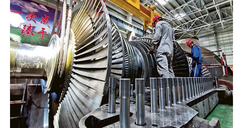 中國國家統計局公布8月份製造業採購經理指數下跌至49.5,低過市場預期的49.6。(新華社)