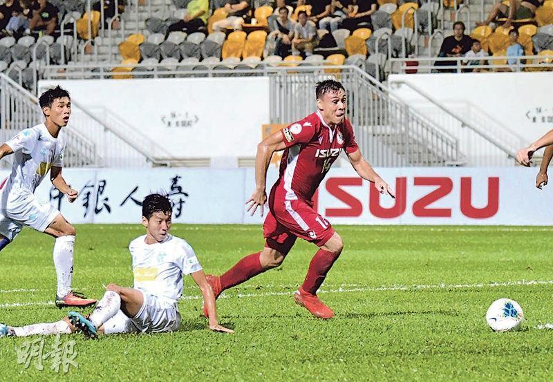 南區射手夏志明(右)梅開二度,加上小將陳廣豪建功,為主隊以3:1挫流浪。(余瑋攝)