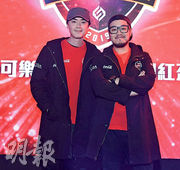 洪卓立(左)參加電競網紅盃,不敵身旁的屎萊姆。