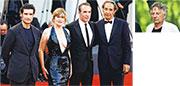 路易斯加維(左起)、艾曼紐薛納、尚杜沙丹,以及音樂人Alexandre Desplat現身波蘭斯基(右圖)執導的新片《An Officer and a Spy》在威尼斯影展舉行的首映禮。(路透社)