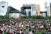 繼8月5日後,民間昨再度發起罷工,並在金鐘添馬公園集會,大批市民與打工仔冒風雨出席,促請政府回應五大訴求。大會稱逾4萬人參與集會,有信心今日會有更多人參與。(賴俊傑攝)