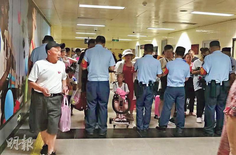 在北京中心城區的地鐵站,安保人員被要求封堵進站口,加緊排班和密度,對進站乘客逐一查驗身分。(明報記者攝)