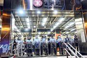 港鐵寶琳站今日凌晨零時許關站,大批防暴警員進駐,其後向站外街上推進。(蔡方山攝)