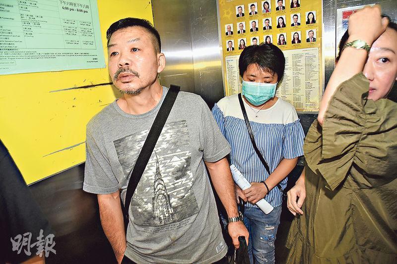 被捕青年被送到廣華醫院後,其父(左)昨凌晨到院探望,離開時向傳媒表示兒子清醒能說話,頭臉受傷。(蔡方山攝)