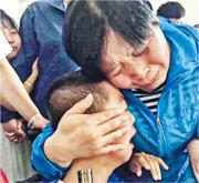 教會的「伯達尼之家」孤兒院被官方接管,殘疾院童全部要轉往官辦的福利院,孤兒院院長楊雪仙與院童相擁而泣,不忍分離。(網上圖片)