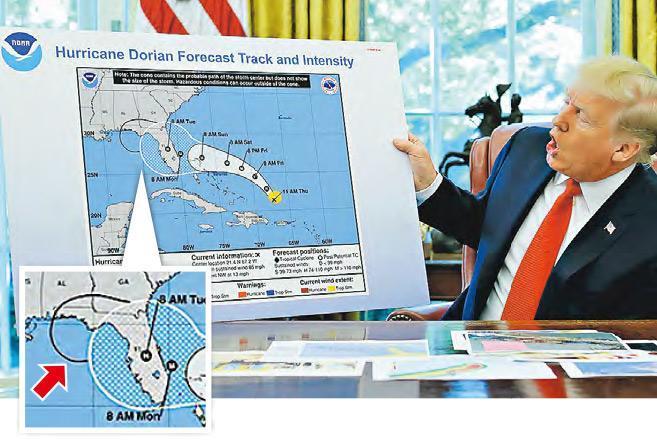 美國總統特朗普周三手持經過修改的颶風預測路線圖(小圖箭嘴示),解釋阿拉巴馬州可能受吹襲。(路透社)