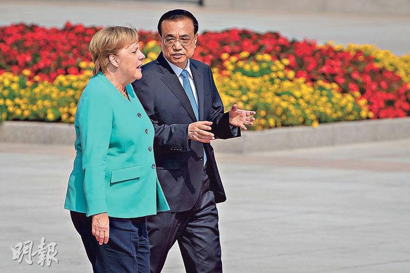德國總理默克爾(左)昨到訪中國,與國務院總理李克強(右)會面,其後雙方會見傳媒時均談及香港問題。(法新社)