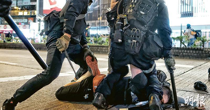 警方向休班警員派發伸縮警棍。圖為8月11日在銅鑼灣曾有身穿黑衣、喬裝示威者的警員(中),手持伸縮警棍拘捕示威者。(資料圖片)