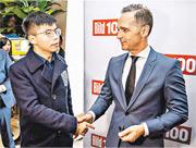 香港眾志秘書長黃之鋒(左)周一晚上抵達柏林,隨即出席活動,與德國外交部長馬斯(右)交談。黃稱感受到對方非常關心香港抗爭未來形勢,亦對於港人爭取自由予以肯定。(法新社)