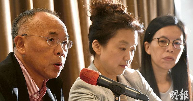 香港大學防止自殺研究中心總監葉兆輝(左)擔心,若社會紛爭持續,自殺率會上升。旁為「Open噏」義工麥詠宜(中)和「Open噏」臨牀督導主任周文慧(右)。(劉焌陶攝)