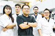 城大生物醫學系助理教授潘基沅(中)與其他大學的研究團隊,研究以兩種幹細胞同時修復心肌和血管,已成功在老鼠試驗,之後準備在大型動物作進一步研究。(城大提供)