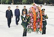 8月20日,國家主席習近平(左)到甘肅省張掖市高台縣瞻仰西路軍紀念碑,並參觀了西路軍紀念館。(網上圖片)