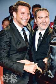 《Joker小丑》勇奪金獅獎後,身為監製的畢利谷巴(左)專程到多倫多影展向華堅馮力士(右)道賀。(法新社)