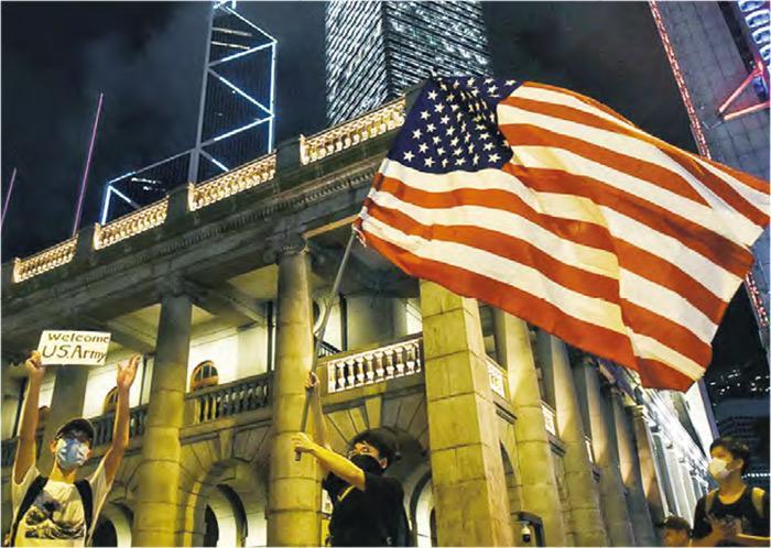 在近期的反送中活動中,有人在終審法院外揮動美國旗。(資料圖片)