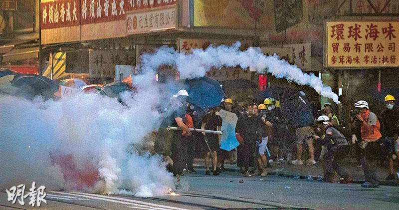 7月28日,示威者與警察在西環一帶爆發衝突,當晚警方共施放408枚催淚彈,該區煙霧瀰漫。圖中位置為德輔道西。(資料圖片)