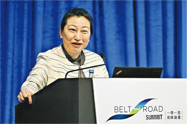 律政司長鄭若驊昨日出席「一帶一路高峰論壇」,活動後她見記者回應蒙面法,「我們都有法律上的研究在進行」,但沒有表示是否可行。(政府新聞處)