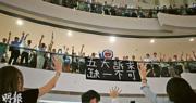 昨日晚上有近千人聚集IFC中庭,並掛上「五大訴求  缺一不可」的橫幅,他們高歌《願榮光歸香港》,又高呼「香港人加油」等口號。有人穿上多啦A夢裝束,成為焦點。(曾憲宗攝)