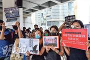 數百名市民昨早在高等法院外手持標語,高喊「黑警還眼」等,聲援早前疑被布袋彈射爆眼的女子。(鄧宗弘攝)
