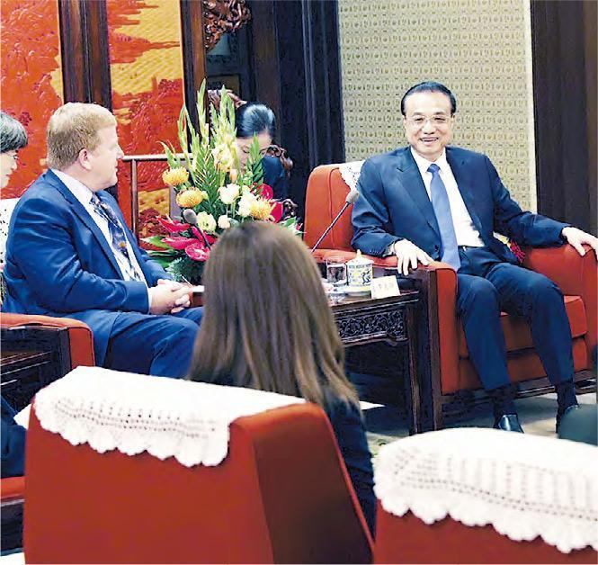 中國國務院總理李克強(右)周二(10日)在中南海紫光閣會見出席中美企業家對話會的美方代表,他表示中美應當求同存異,找到雙方都可接受的解決分歧之辦法。(新華社)