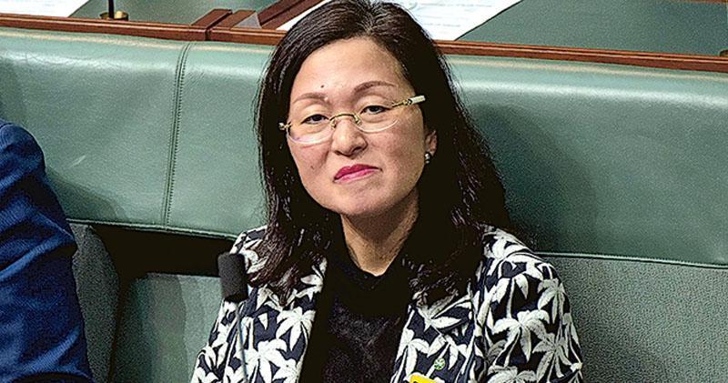 在香港出生的澳洲自由黨眾議員廖嬋娥被指與中共統戰部門旗下的團體有聯繫,她昨日到國會大廈出席答問環節,其間總理莫里森為她辯護。(法新社)