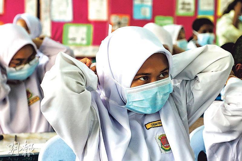 吉隆坡周邊城鎮蒲種(Puchong)昨日亦受霧霾籠罩,學生上課時需戴口罩。(路透社)