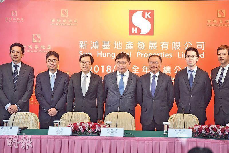 新鴻基地產主席兼董事總經理郭炳聯(右四)表示,若政府擬收回農地建公屋,他會接受,但反對收地後用來再拍賣。(劉焌陶攝)
