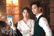 IU(左)邀請金秀賢(右)客串演出《德魯納酒店》結局,可惜二人沒有對手戲,只好合照補償。