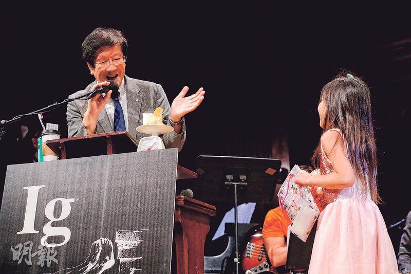 在周四搞笑諾貝爾獎頒獎禮上,日本明海大學教授渡部茂(左)因量度5歲男童每日的唾液量獲化學獎,他發表得獎感言超時被女孩催促。(路透社)