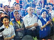 將代表國民黨出戰明年台灣總統大選的高雄市長韓國瑜昨日到台中造勢,12小時內連拜21間廟。圖為韓國瑜(前左三)在台中市長盧秀燕(前左一)陪同下,在北屯紫微宮參拜。(中央社)