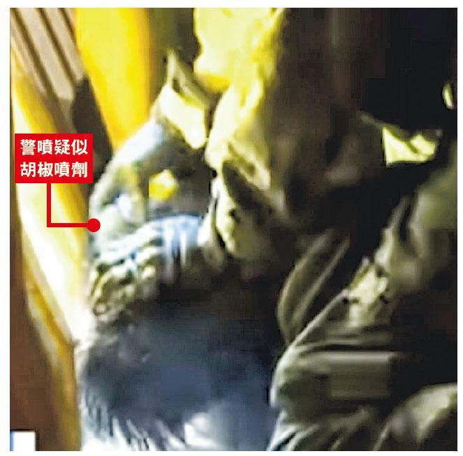 數名警員昨晚在北角制服襲警青年。傳媒片段顯示,警員制服青年後多次以警棍打其頭及手,青年血流披面、頭被按地,警員再近距離向其臉噴射疑似胡椒噴劑。(now新聞截圖)