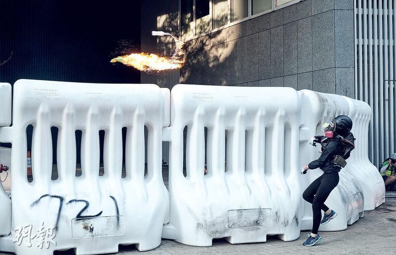 金鐘政府總部成為示威者衝擊目標,昨午約5時,多名示威者將多個汽油彈投擲到政總內,多數落在外圍水馬附近,警員以水喉把火勢撲熄。在政總駐守的警員以催淚彈、水炮等驅散人群。(馮凱鍵攝)