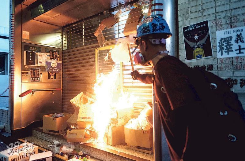 昨傍晚6時許,有示威者於修頓球場旁的灣仔港鐵站出口外縱火,現場火光熊熊,當時站內有警員。(馮凱鍵攝)