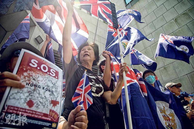 逾千名市民昨響應網民號召,到金鐘的英國駐港總領事館請願,批評中國無視《中英聯合聲明》,促請英國政府採取行動及承認「一國兩制」已遭破壞。(林靄怡攝)