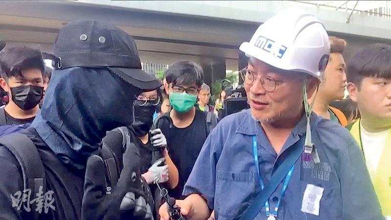 近月頻頻喺Instagram聲援港人嘅韓國資深演員金義聖(右)噚日現身港島街頭,訪問身穿黑衣嘅示威者。(林穎茵攝)
