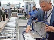 一名巴勒斯坦裔美國哈佛大學學生稱,因社交網站朋友帖文含反美言論,遭美國入境部門職員撤銷簽證及遣送回國。圖為2019年5月17日紐約甘迺迪機場保安人員抽查旅客的手提電腦檢查。(路透社)