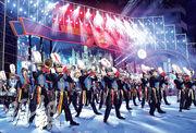 第30屆上海旅遊節上周六晚拉開帷幕。來自19個國家和地區的32支表演方隊和25輛花車為觀眾呈現盛大狂歡盛宴。圖為香港嗇色園主辦可藝中學步操樂團為觀眾帶來鼓號表演。(中新社)