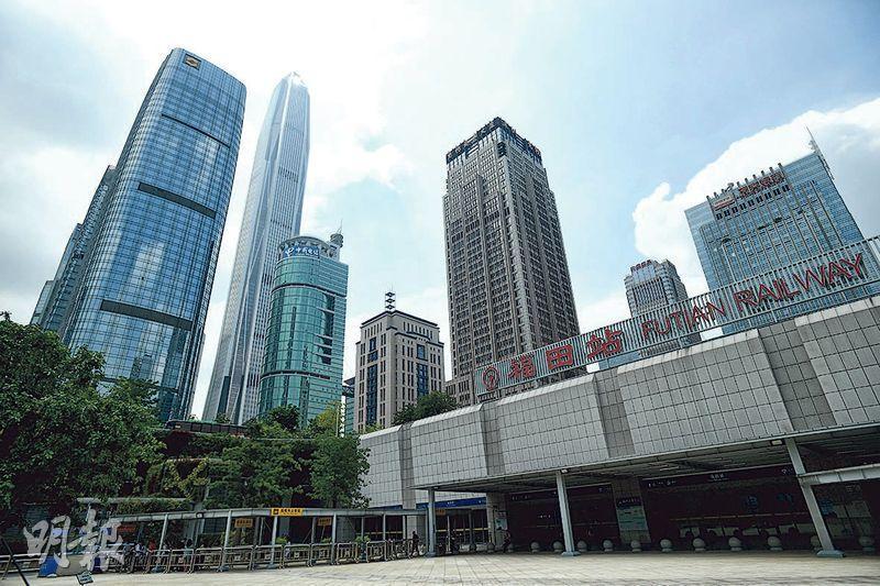 最新統計數據顯示,深圳房價收入比接近30倍,位居全國首位,即一個家庭要用30年的工資收入才能買套房。圖為高鐵福田站與附近商圈。(賴俊傑攝)