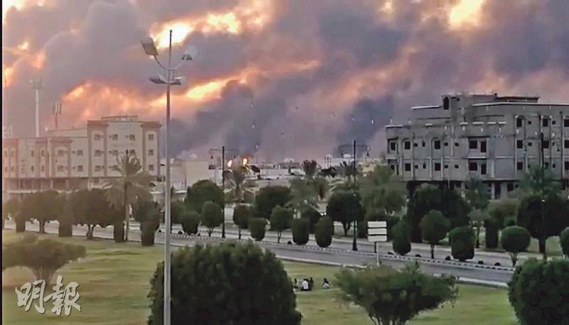沙特阿拉伯阿布蓋格一個石油設施前天遇襲,冒出濃煙。(路透社)