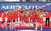 西班牙隊(圖)自2006年後終再登頂,在北京高舉男籃世界盃獎牌。(路透社)