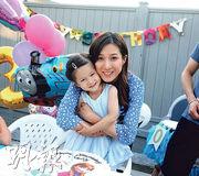 鍾嘉欣為女兒Kelly慶祝3歲生日,蛋糕上有《魔雪奇緣》卡通人物圖案。