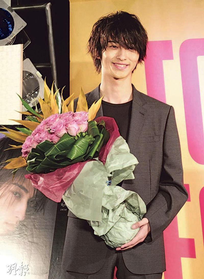 橫濱流星收到23枝玫瑰花,他說生日願望是專心拍戲。