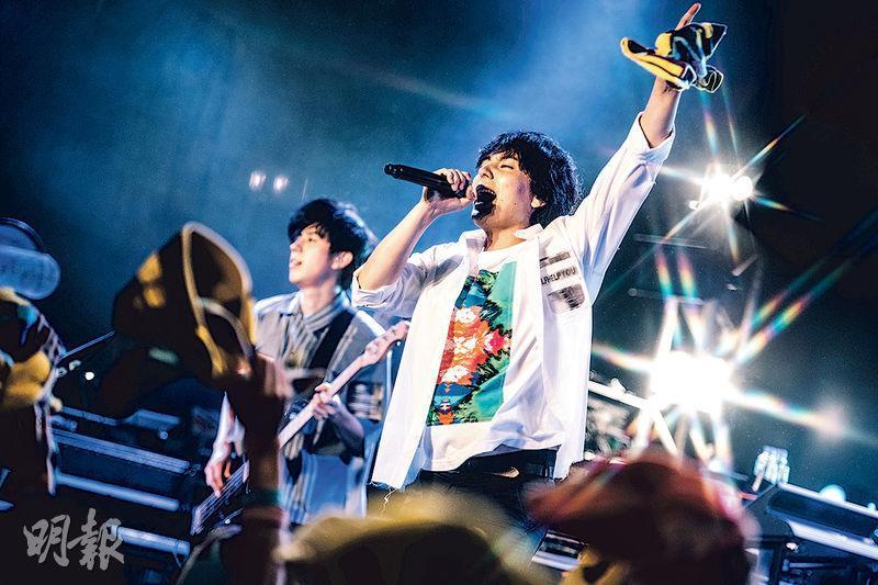flumpool之前因為主音山村隆太患病而停工一年,他們在個唱上不忘勉勵香港樂迷,在逆境中要堅強振作。
