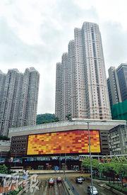 上月零成交的荃灣愉景新城,部分業主因應社會氣氛不穩減價放售後,本月暫錄得11宗成交,成交急反彈。(資料圖片)